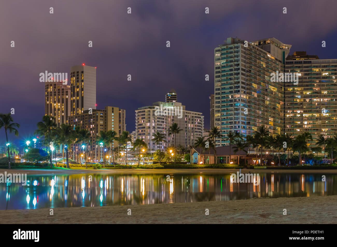 Vue de nuit sur la plage de Waikiki et Diamond Head à Honolulu à Hawaii, USA dans la nuit Photo Stock