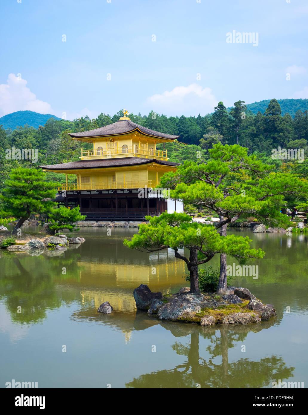 Le Kinkaku-ji (également connu sous le nom de Kinkakuji ou Rokuon-ji), le Temple du pavillon d'or, célèbre temple bouddhiste Zen est situé à Kyoto, au Japon. Photo Stock