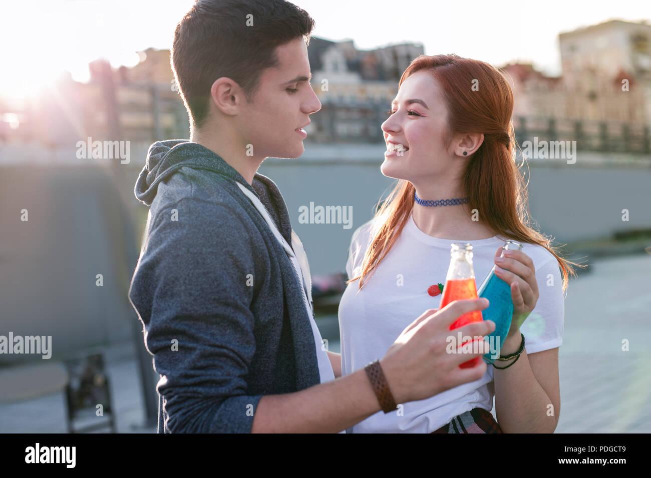 Beau jeune couple ayant une date si délicieux. Photo Stock