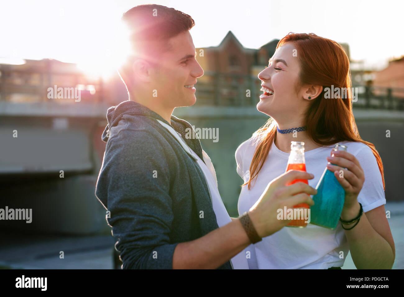 Beau couple heureux jouissant de sa date si délicieux. Banque D'Images