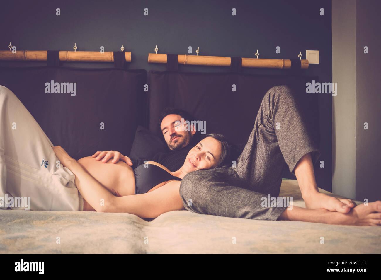 Relation avec les hommes et les femmes à la maison avec la lumière intérieure fenêtre. elle enceinte Photo Stock
