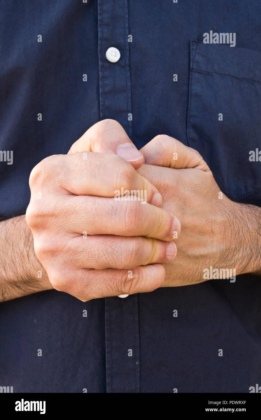 Homme de fissurer la knuckles de sa main Photo Stock