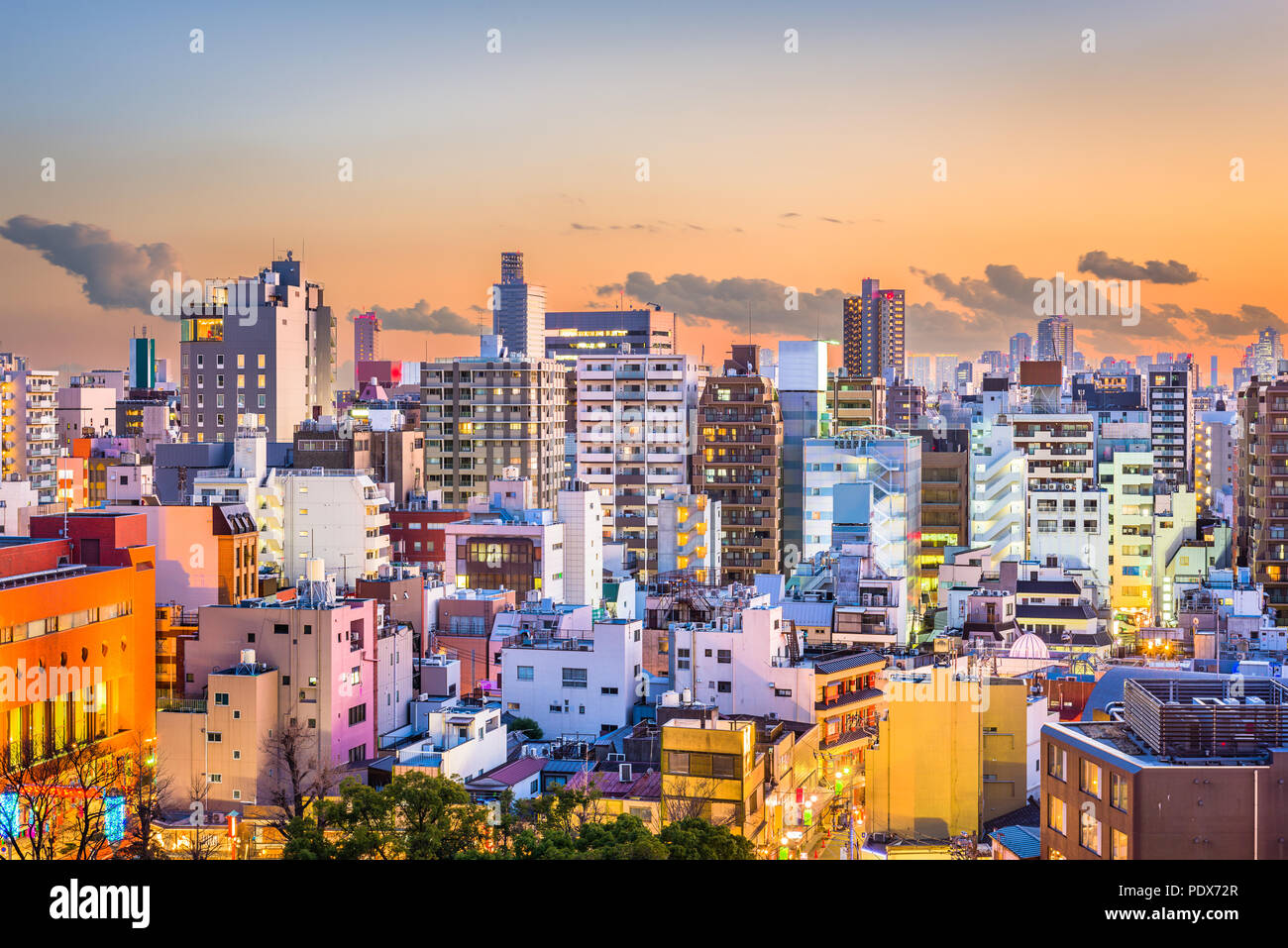 Tokyo, Japon et d'immeubles d'architecture dans le quartier de Sumida au crépuscule. Photo Stock