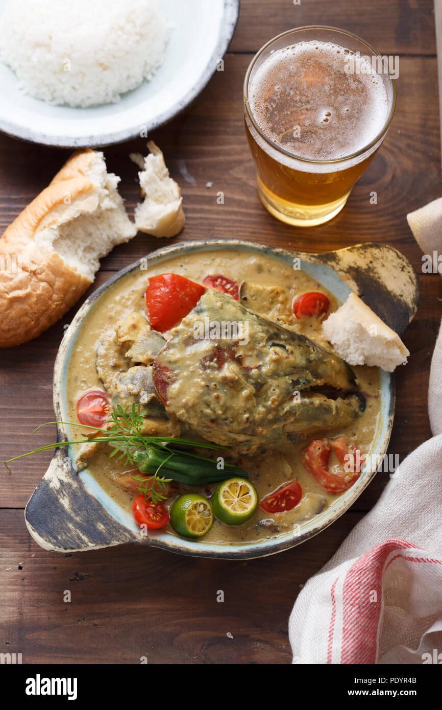 Tête de Poisson au Curry, cuisine singapourienne traditionnelle Banque D'Images