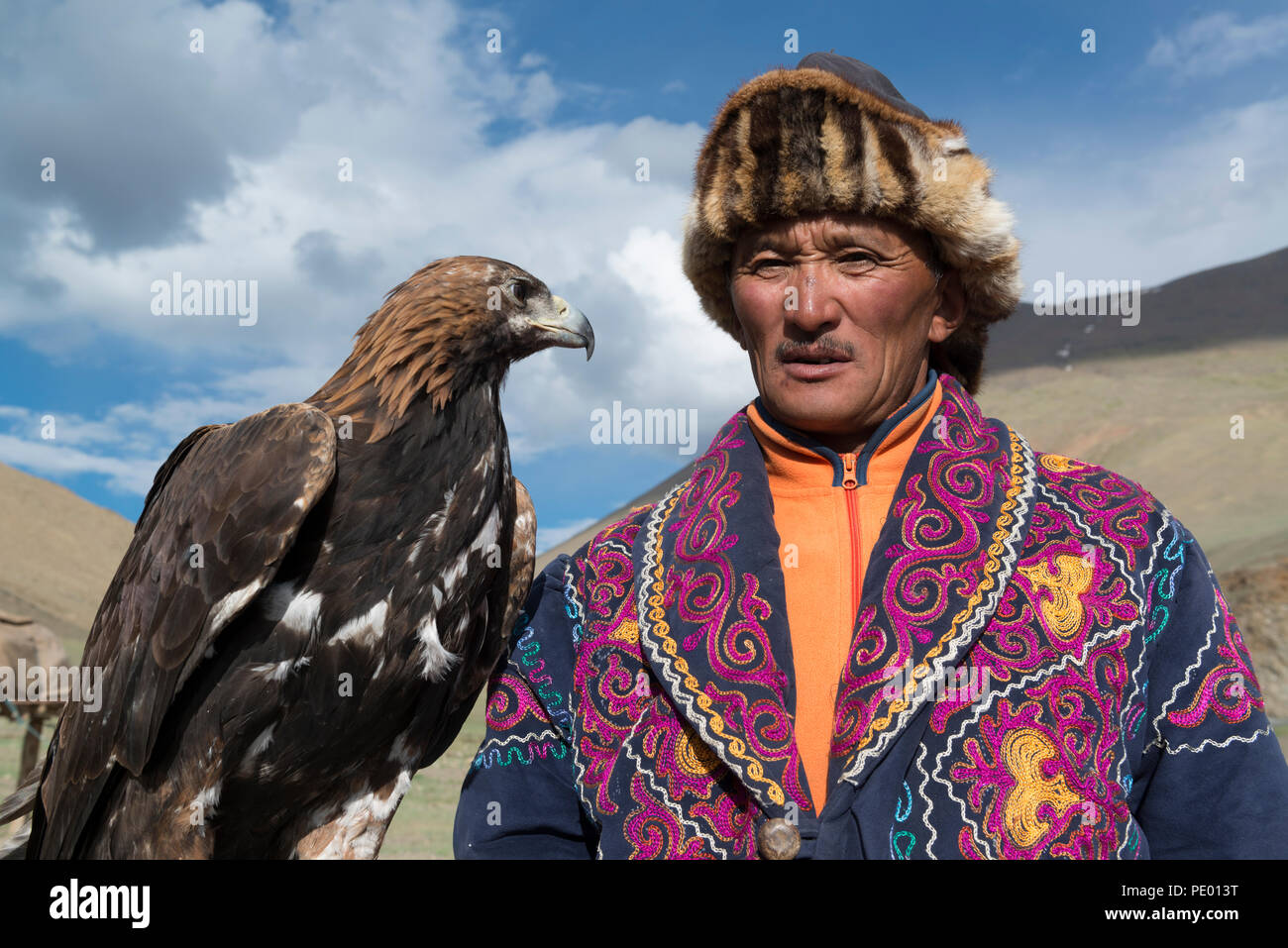 Un eagle hunter avec son aigle doré à Bayan-Olgii, la Mongolie. Photo Stock