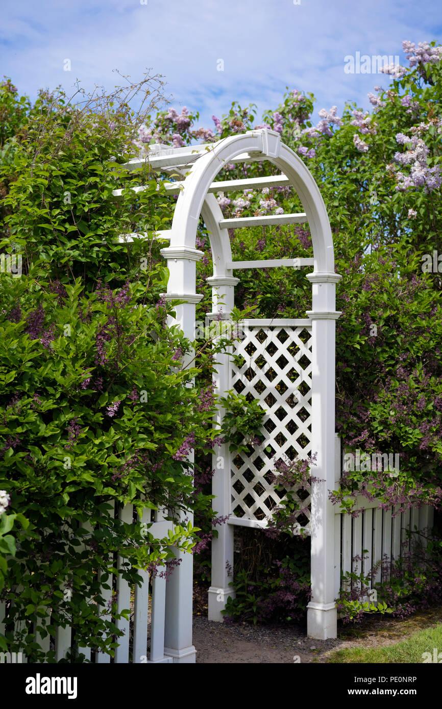 Petite Cloture De Jardin Blanche un artisan en bois rond ajouré arch avec une petite clôture