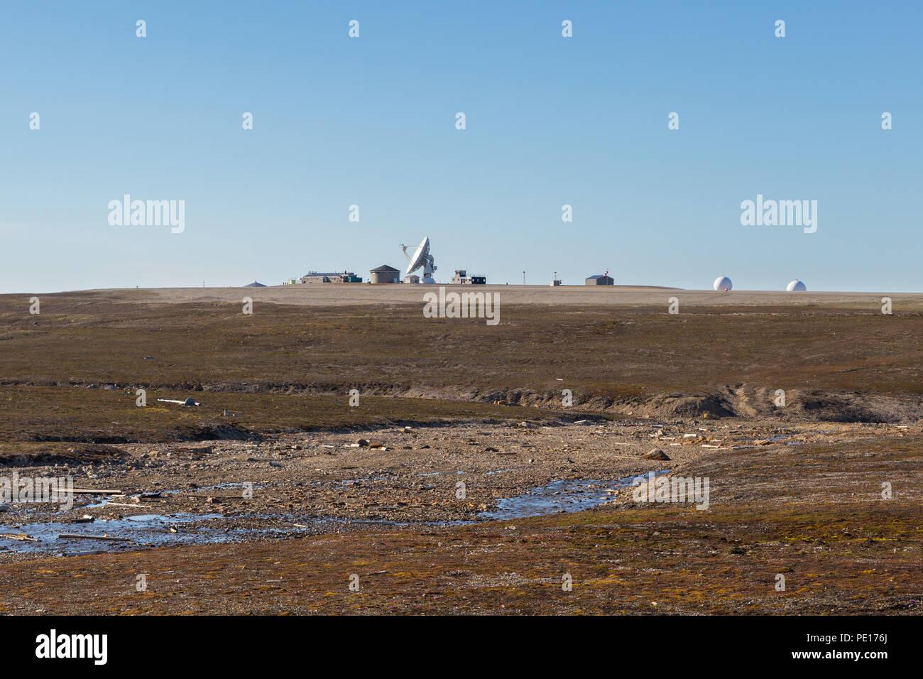Antenne satellite à Ny Alesund, Svalbard, Spitzberg, ciel bleu, paysage naturel Banque D'Images