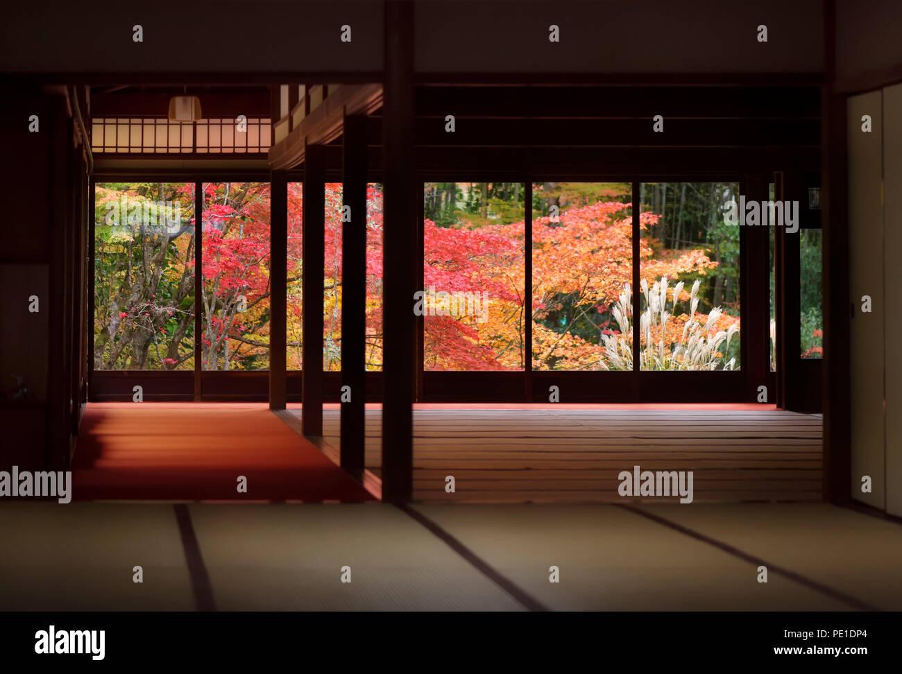 Intérieur chambre traditionnelle japonaise avec un beau paysage nature coloré d'automne derrière les fenêtres. Tenjuan temple historique Hall, complexe de Nanzen-ji Photo Stock