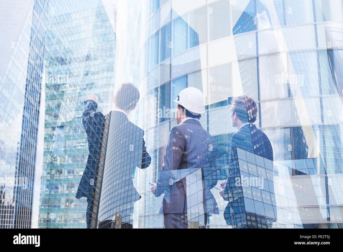Groupe de gens d'affaires de discuter du projet immobilier, de la construction de nouvelles capacités, la coopération de l'architecte, designer et manager Photo Stock