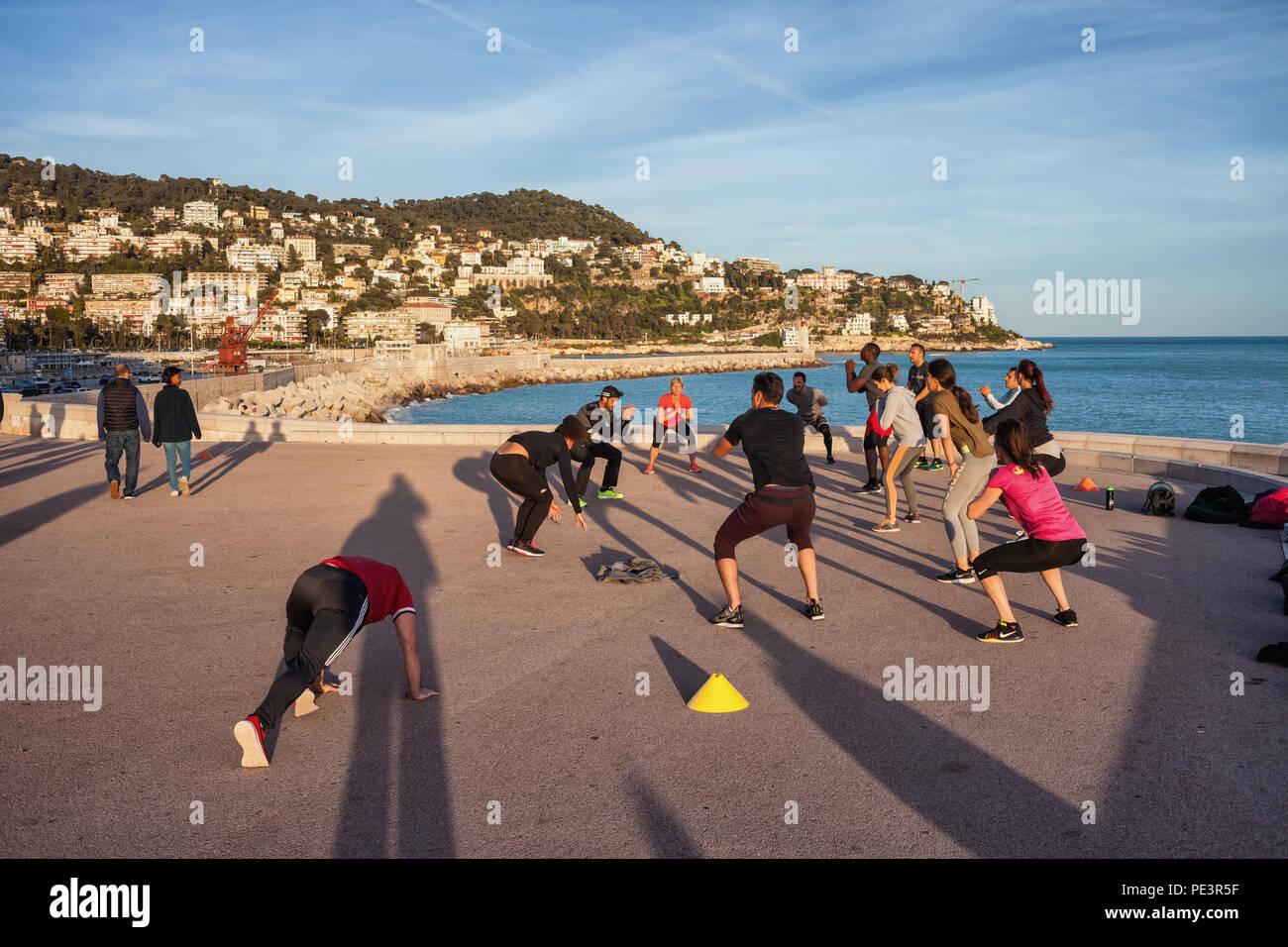 Personnes dans une classe d'aérobie de la formation sur la promenade en front de mer dans la ville de Nice sur la côte d'Azur en France Photo Stock