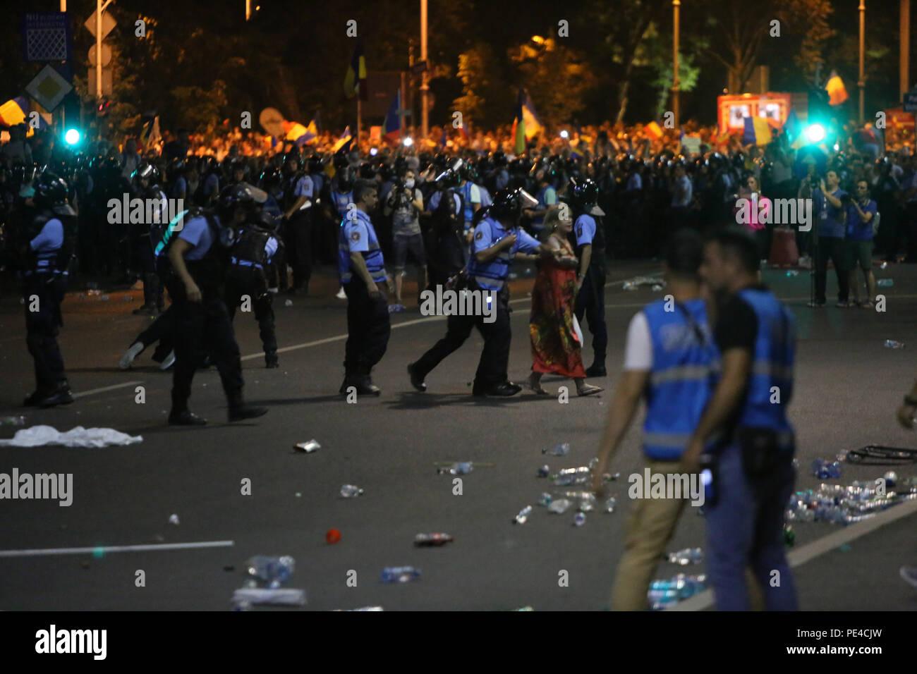 Bucarest, Roumanie - 10 août 2018: Des dizaines de milliers de personnes participent à la violente manifestation de protestation contre le gouvernement de Bucarest. Photo Stock
