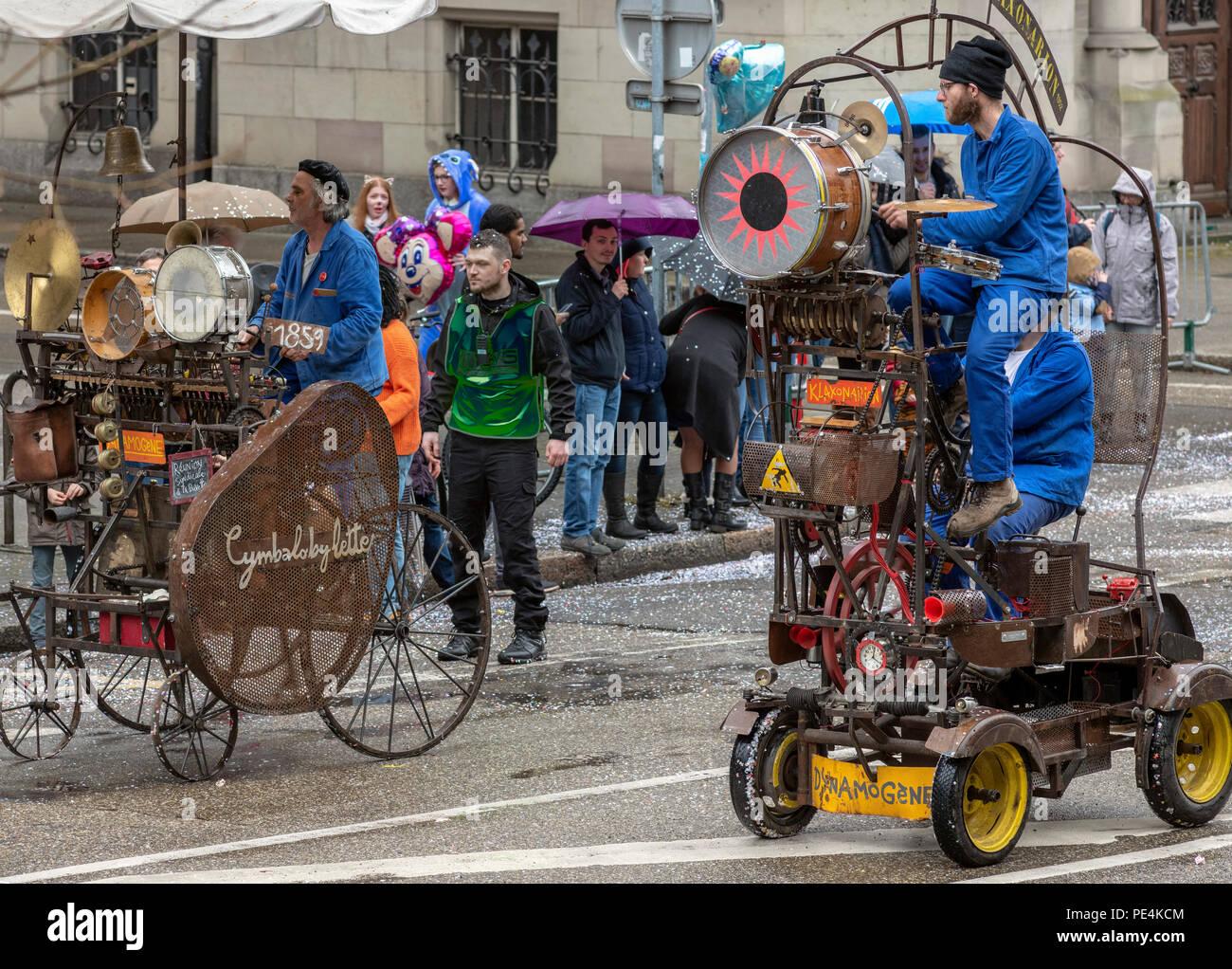 1859 Cymbalobylette, 1952 Klaxonarion dynamogenic mobile, machines musicales, défilé de carnaval de Strasbourg, Alsace, France, Europe, Photo Stock
