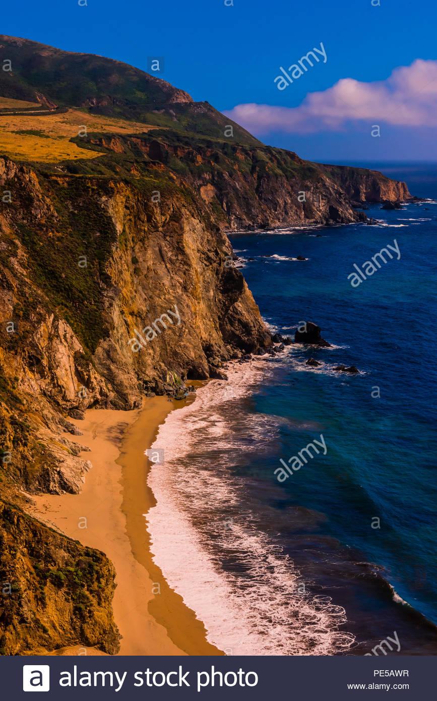 La rude côte de Big Sur le long de la Route 1, entre Carmel Highlands et Big Sur, Monterey County, Californie, États-Unis. Photo Stock