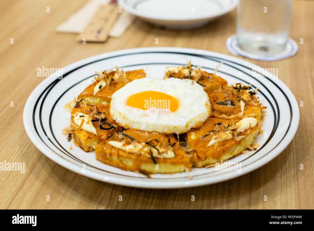 Okonomiyaki, Pizza japonais sur la table en bois. Photo Stock