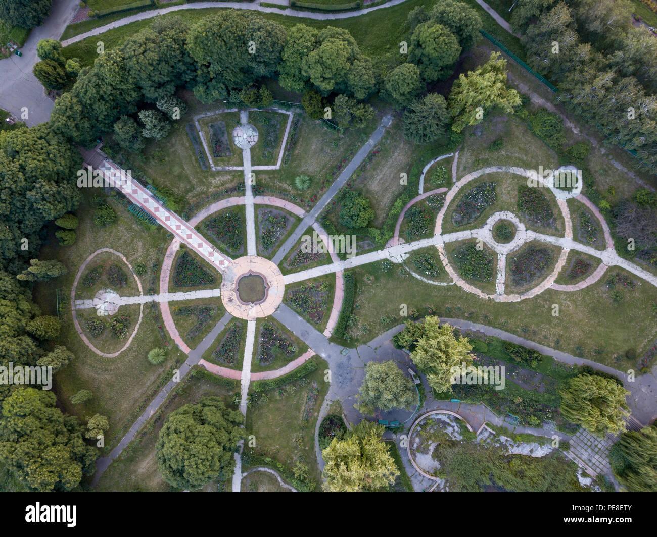 Vue aérienne du parc le drone pour allées de forme ronde avec des ...