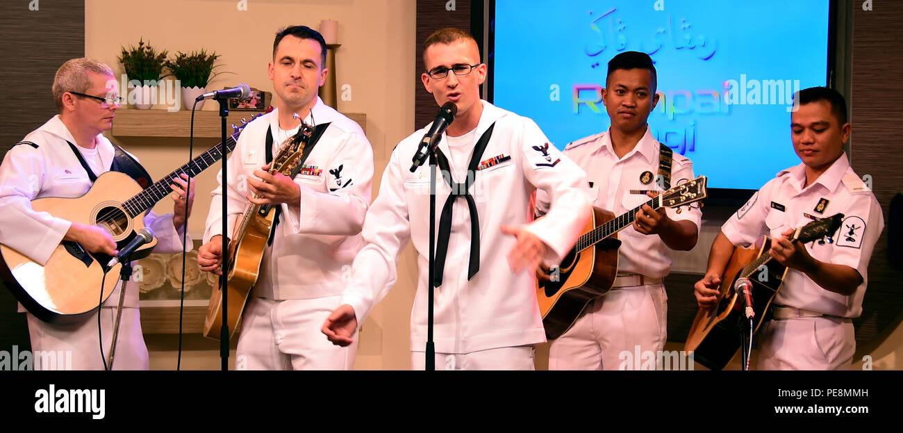 151103-N-QV906-113 BANDAR SERI BEGAWAN, Brunei (nov. 3, 2015) Les membres de la 7ème Flotte américaine Band's contemporary music ensemble Orient Express, en collaboration avec les membres de la bande des Forces Armées Royales effectuer sur Rampai Pagi, un matin, au cours de montrer l'état de préparation et de formation à la coopération (CARAT) Brunei 2015 3 novembre. CARAT est une série d'exercices maritimes bilatéraux annuels, entre la U.S. Navy, Corps des Marines des États-Unis et les forces armées de neuf pays partenaires de: Bangladesh, Brunei, Cambodge, Indonésie, Malaisie, Philippines, Singapour, Thaïlande, et Timor-Liste. (U.S. Marine p Photo Stock