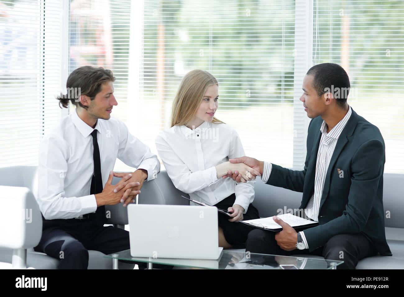 Poignée de main de bienvenue Manager et le client.photo avec copie espace. Photo Stock