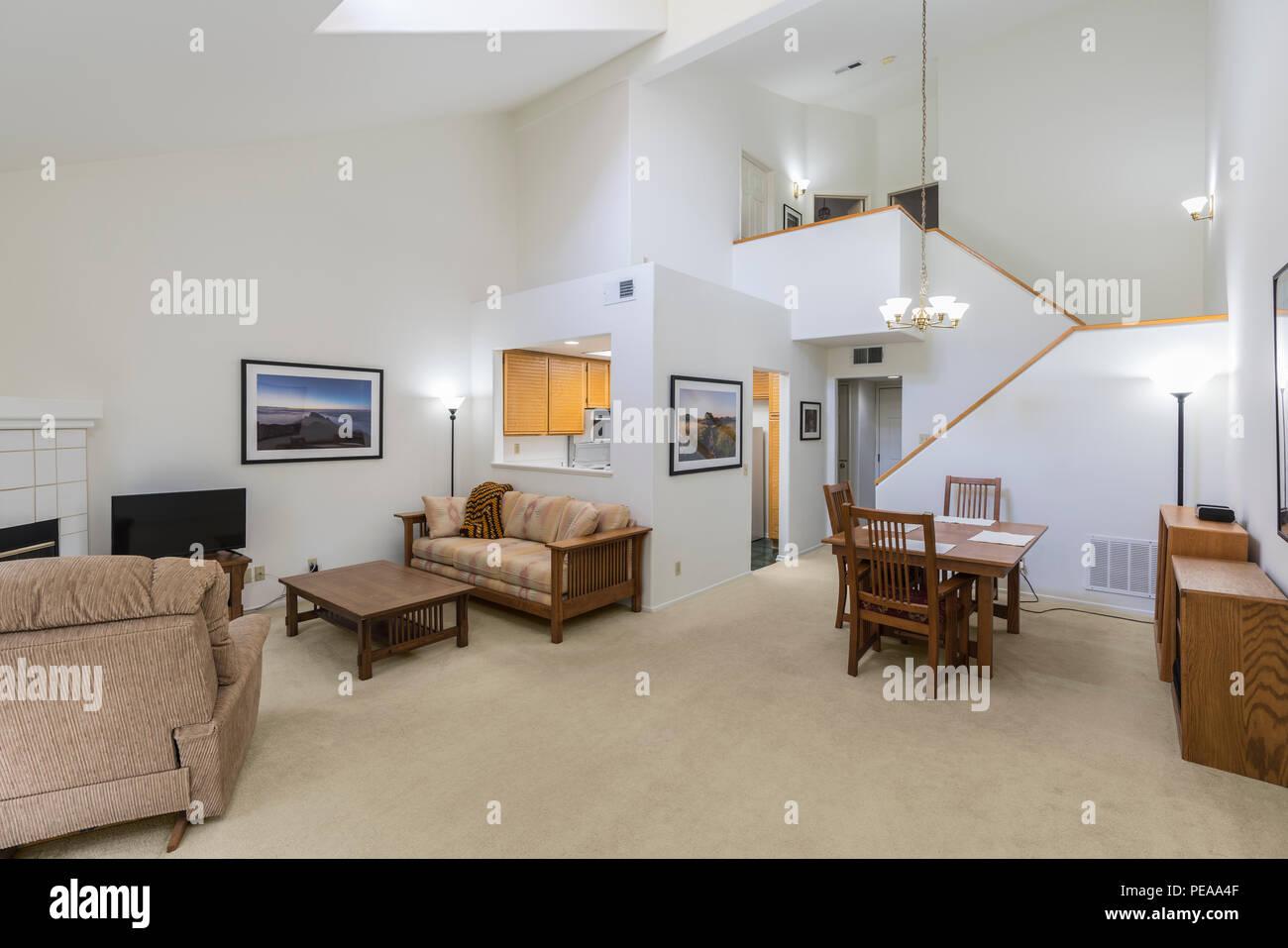 Haut plafond condo living room. L'art de mur est le cadre de travail des photographes et est incluse dans la version. Photo Stock