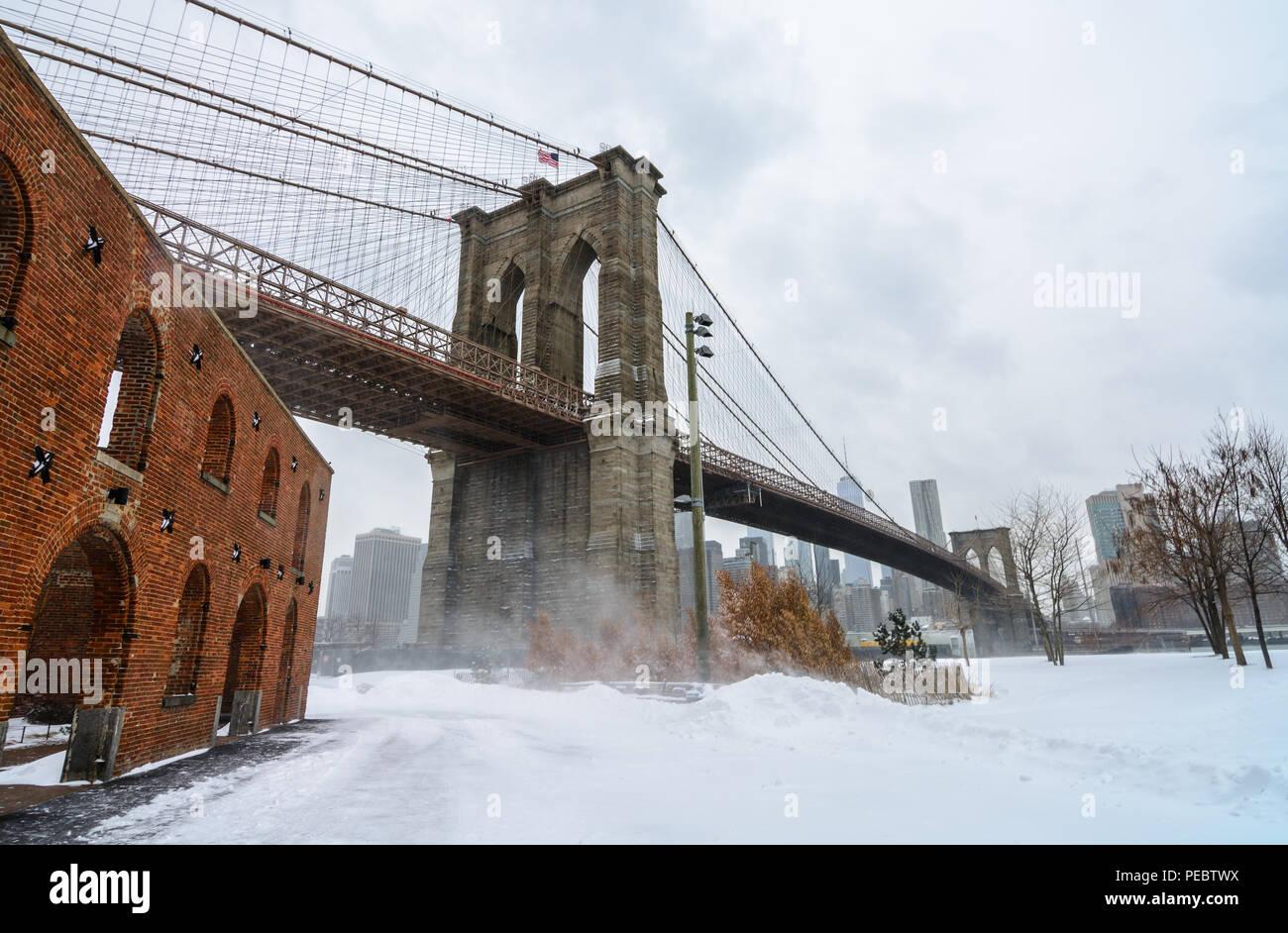 Le Pont de Brooklyn à DUMBO, NYC juste après la tempête Grayson a frappé en janvier 2018. Photo Stock