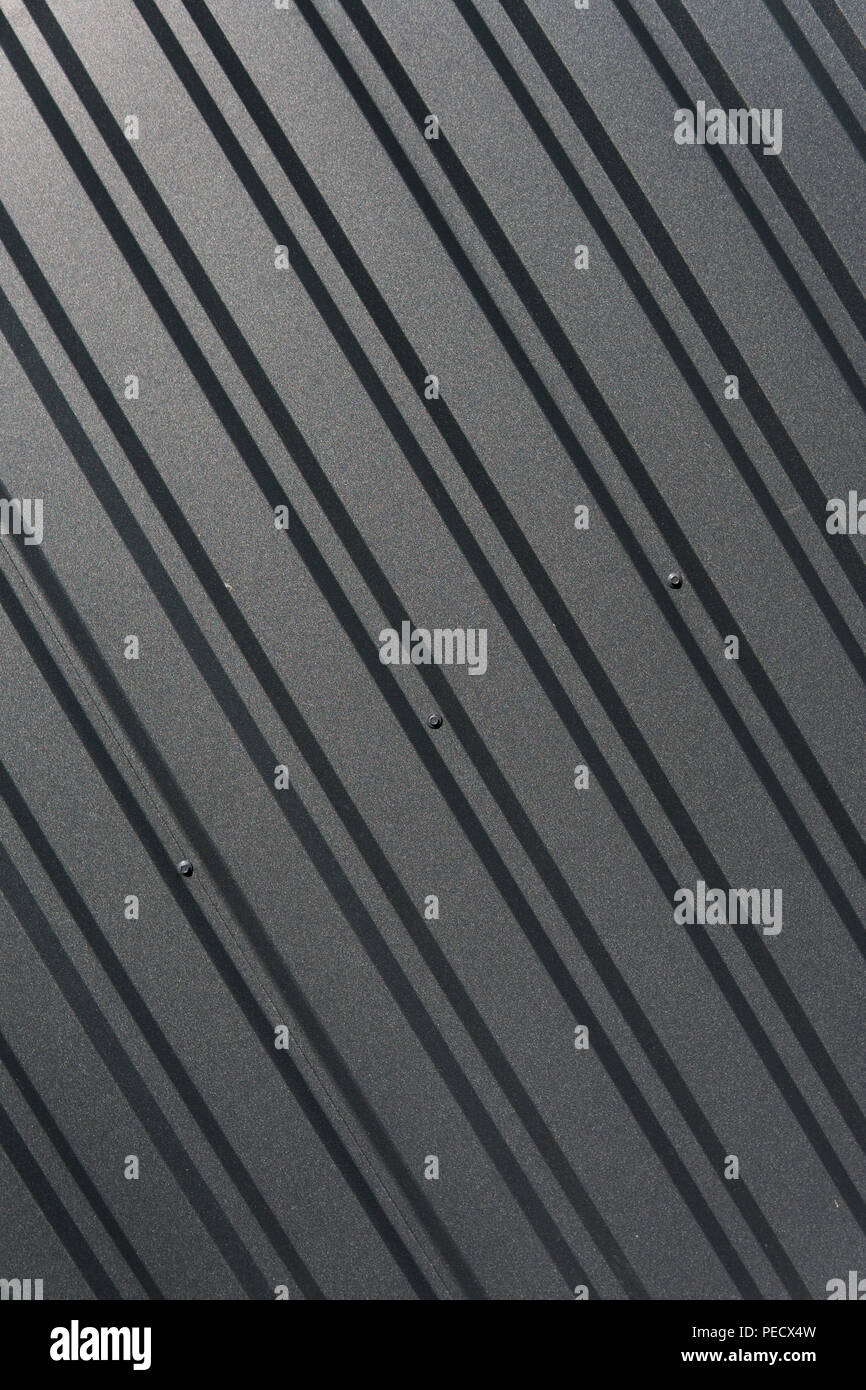 Brown plaque métallique. D'évitement. Surface sans couture d'acier galvanisé. Bâtiment industriel mur fait de feuille de métal ondulé, texture de fond photo Banque D'Images
