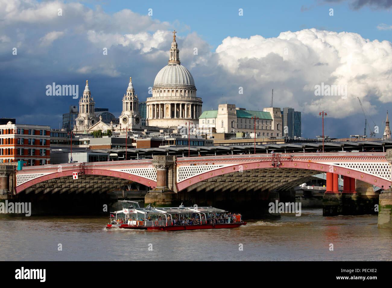 La Cathédrale St Paul de Londres avec Blackfriars Bridge et un bateau tours touristiques Thames en premier plan Photo Stock