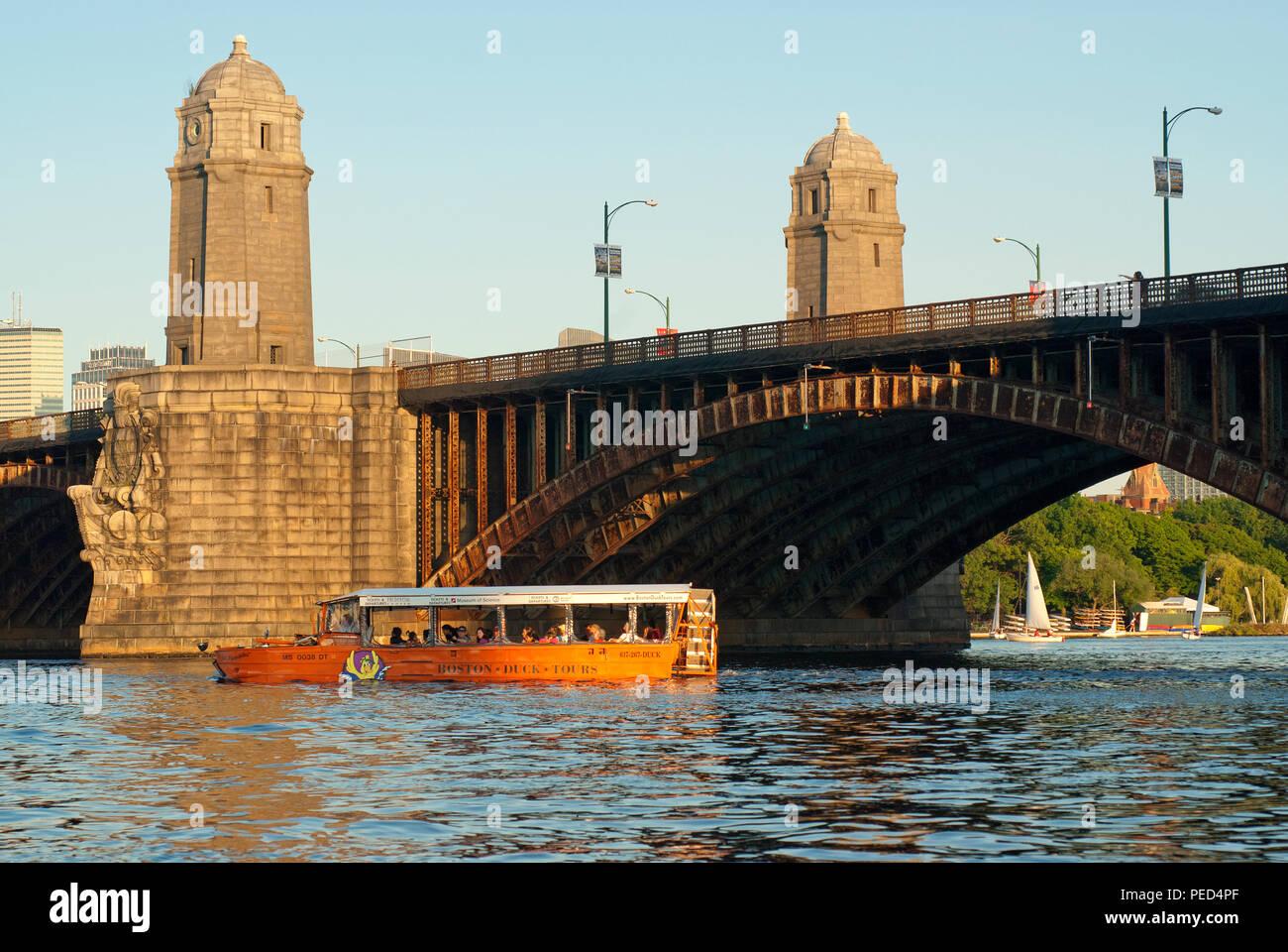 Boston Duck Tours, bateau à voile à un véhicule amphibie de la Charles River, à proximité de Pont Longfellow, Boston, comté de Suffolk, Massachusetts, USA Banque D'Images