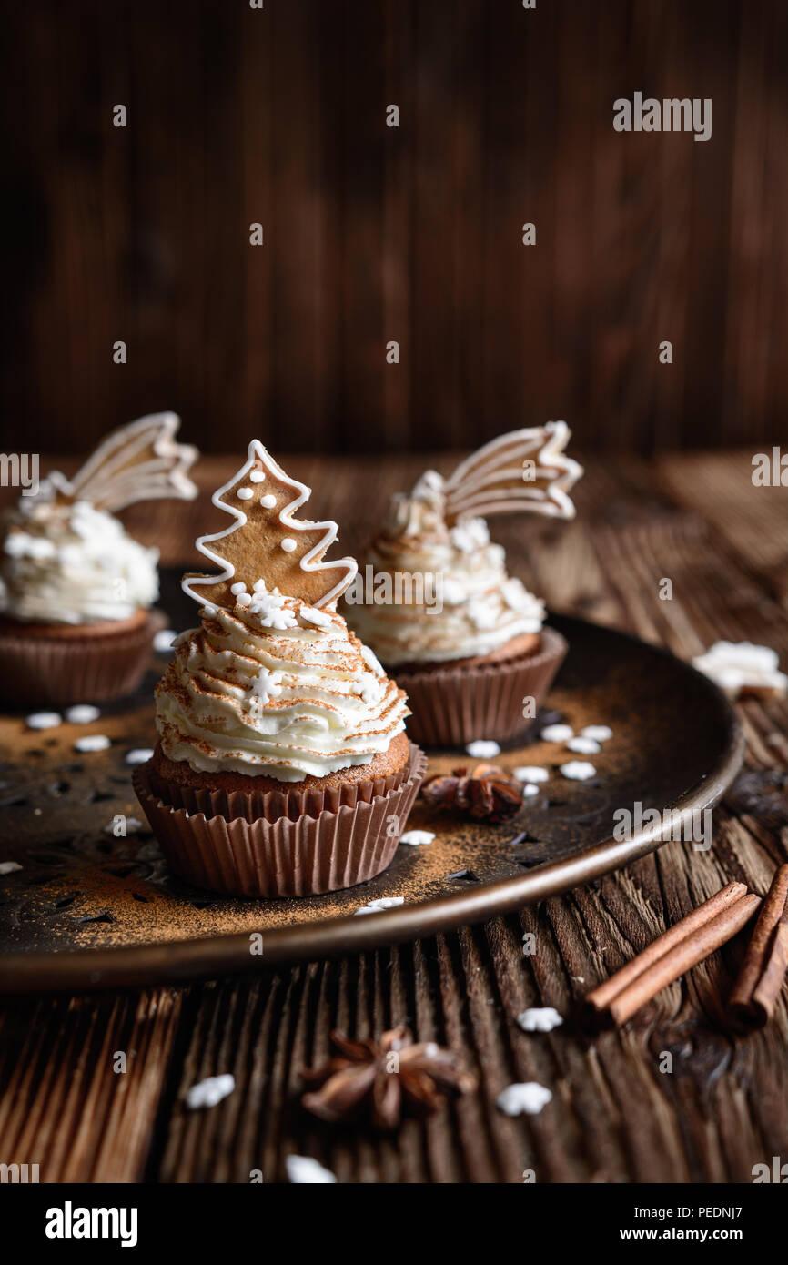 D'épices maison décorée avec des petits gâteaux et biscuits de Noël à la cannelle et saupoudre de flocon Photo Stock