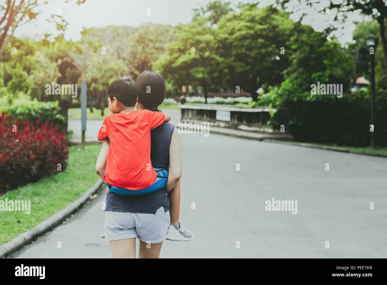 Mère et Fils s'inspirer dans le parc en été. Photo Stock