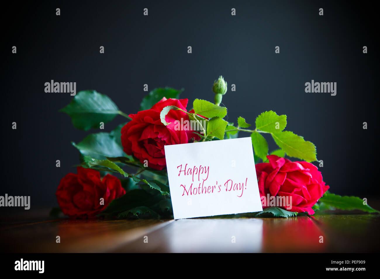 Magnifique Bouquet De Roses En Fleurs Rouge Sur Fond Noir Banque D