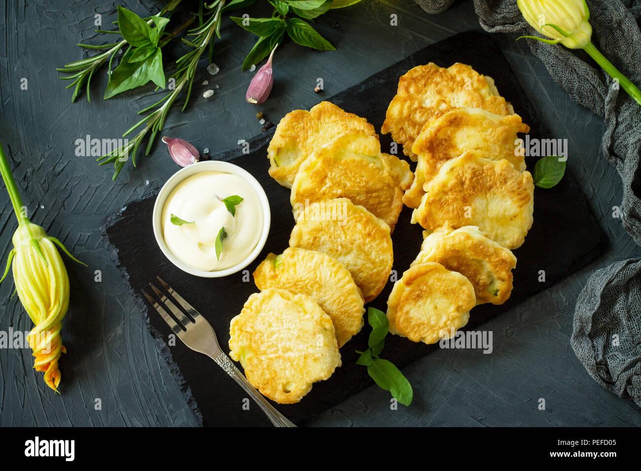 Végétalien beignets de légumes sur fond d'ardoise à découper. Escalopes végétariennes frits ou des crêpes. Le concept de restauration rapide. Vue du dessus du bac mise à plat Photo Stock