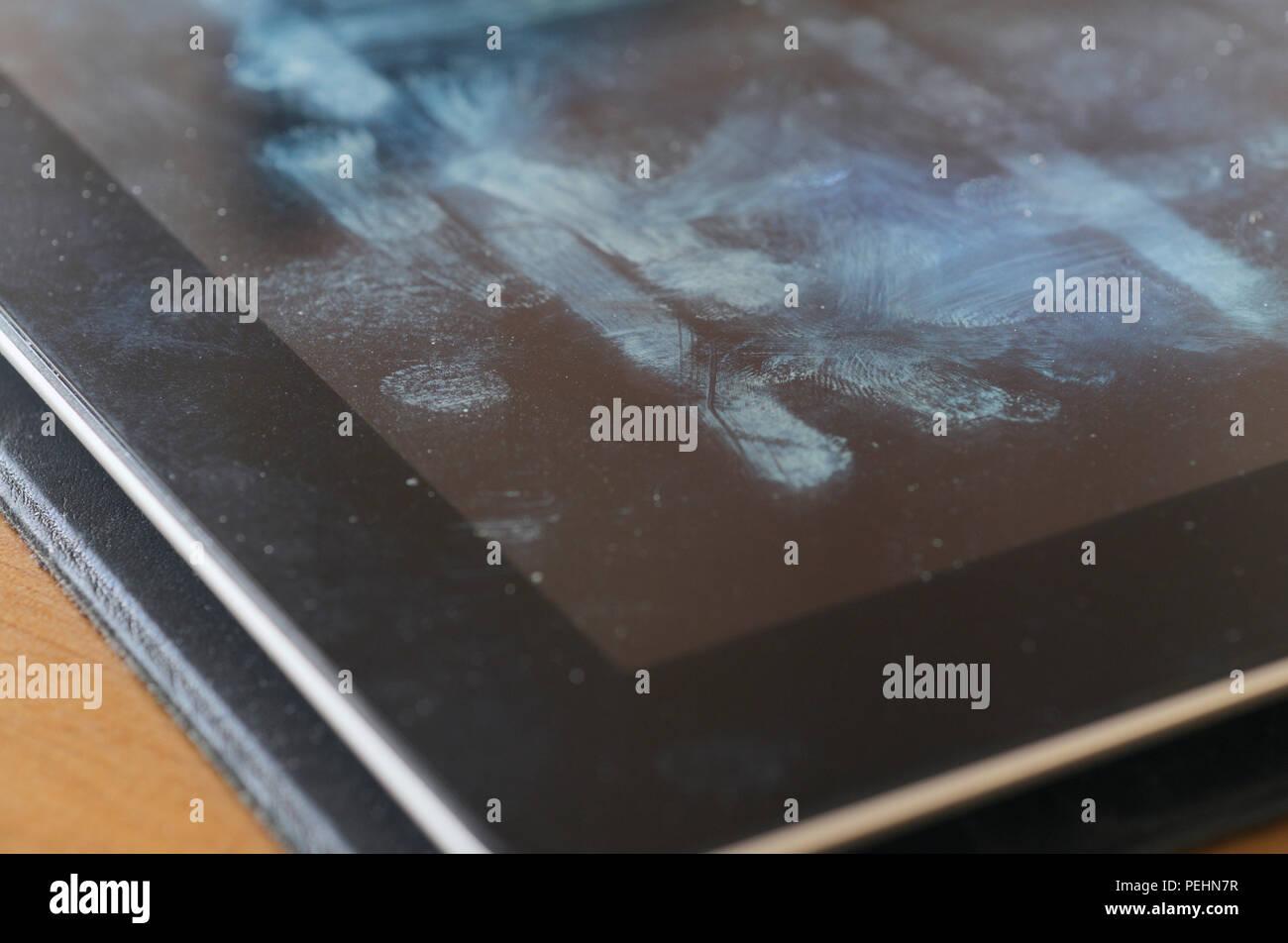 Tablette avec marques de saleté sur l'écran Photo Stock