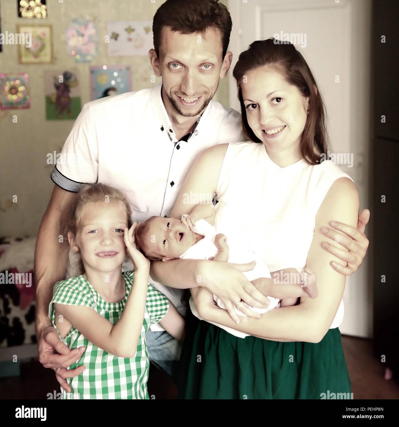 Papa, maman et fille avec un bébé nouveau-né Photo Stock
