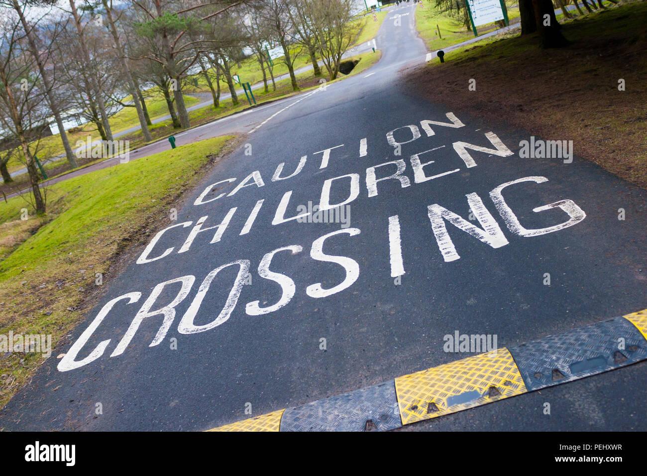 Le marquage routier peint des enfants d'avertissement Photo Stock