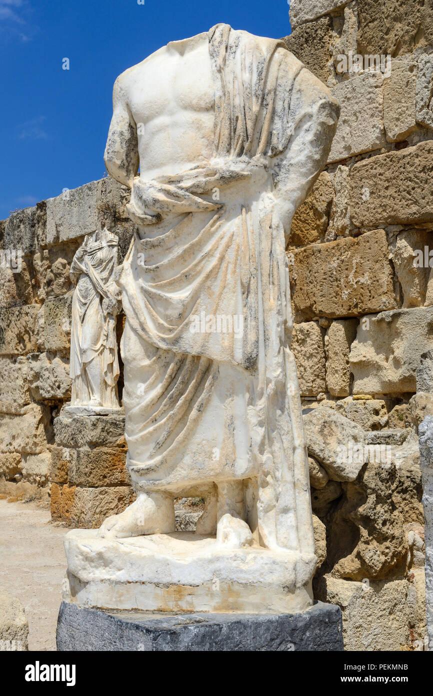Statues sans tête dans le gymnase au complexe des ruines romaines à Salamine près de Famagouste (Gazimagusa), République turque de Chypre du Nord Photo Stock