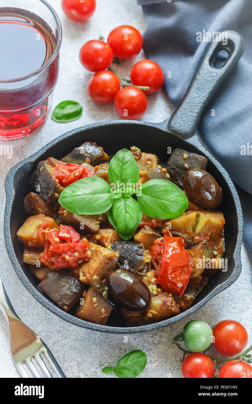La Caponata est un plat traditionnel sicilien. Ragoût de légumes-aubergines, tomates, oignons, basilic et olives avec les assaisonnements et épices. Selective focus Banque D'Images