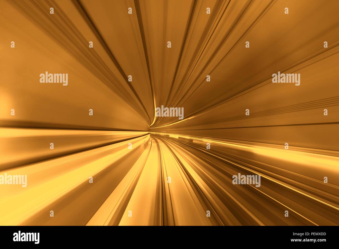 Trouble de la vitesse de déplacement en train ou en métro se déplaçant à l'intérieur de tunnel. Photo Stock