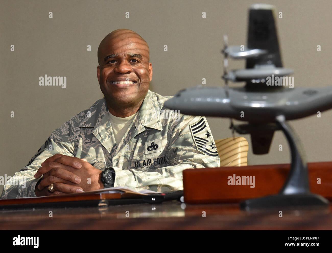 Le sergent-chef de commandement en chef. Benjamin Williams, pose pour une photo dans son bureau le 10 janvier 2016, à champ Berry Air National Guard Base, Nashville, Tennessee Williams a récemment été promu au poste de chef de la commande master sergent, et a de grands projets pour promouvoir la croissance des jeunes aviateurs. Photo Stock