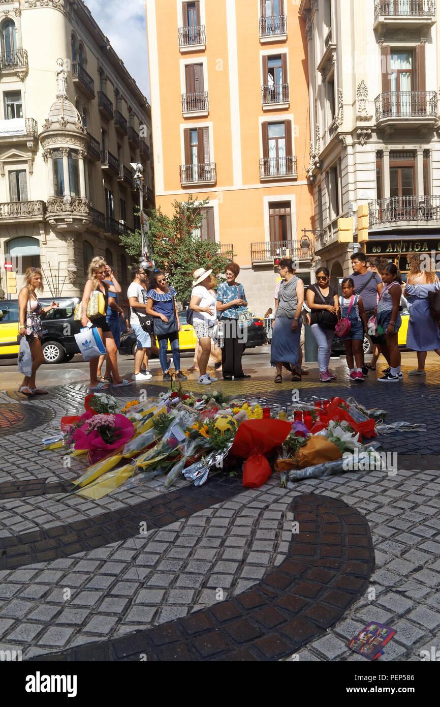 Des fleurs et des bougies en souvenir des victimes attaque terroriste à Barcelone Banque D'Images