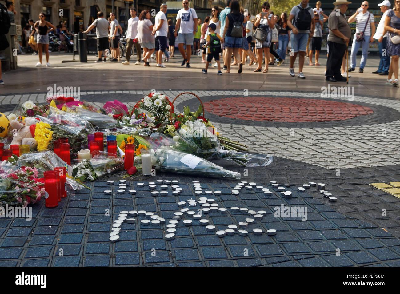 Des fleurs et des bougies en souvenir des victimes de l'attaque terroriste à Barcelone Banque D'Images