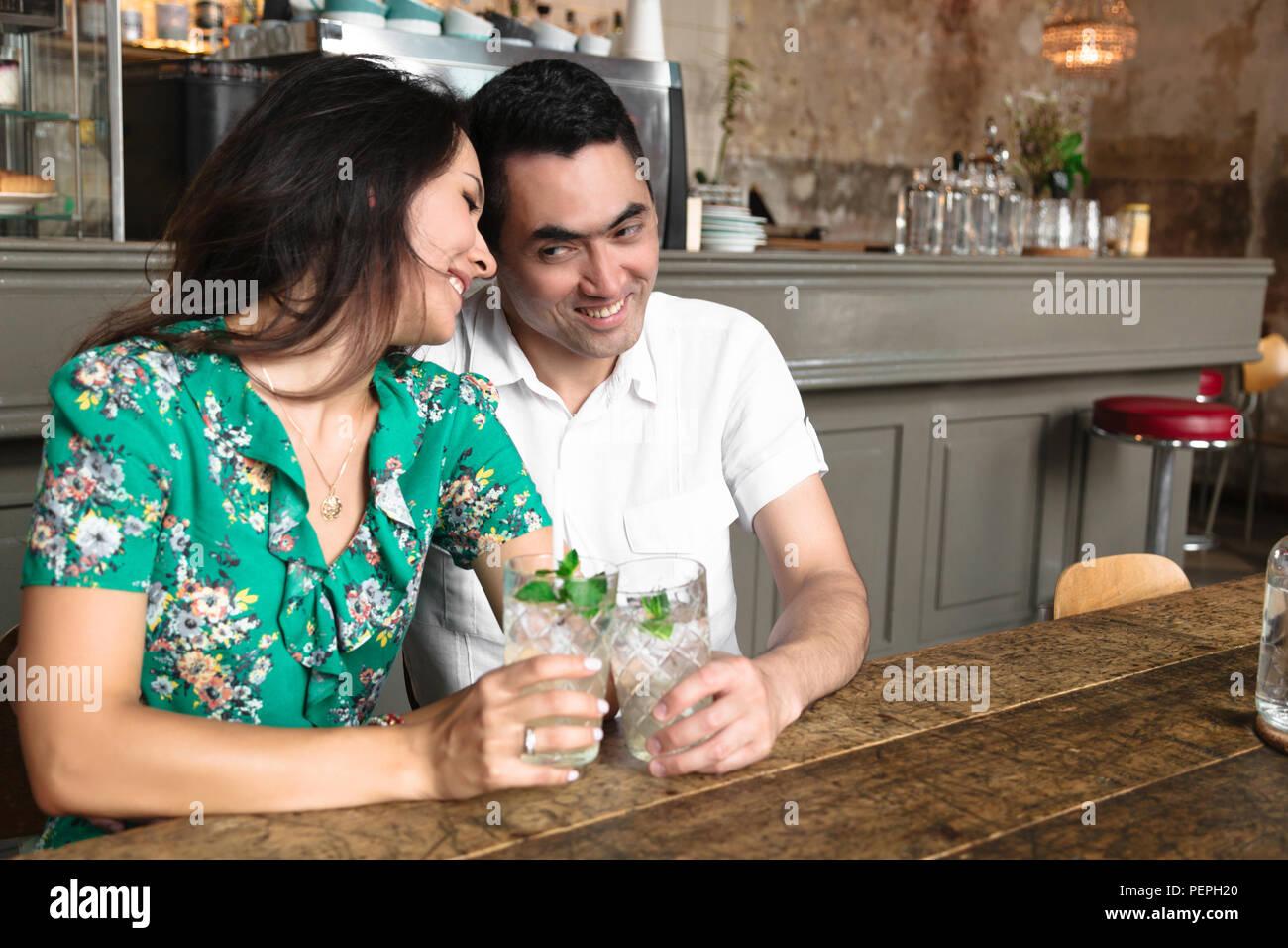 Beau couple dans chaque d'autres yeux Photo Stock