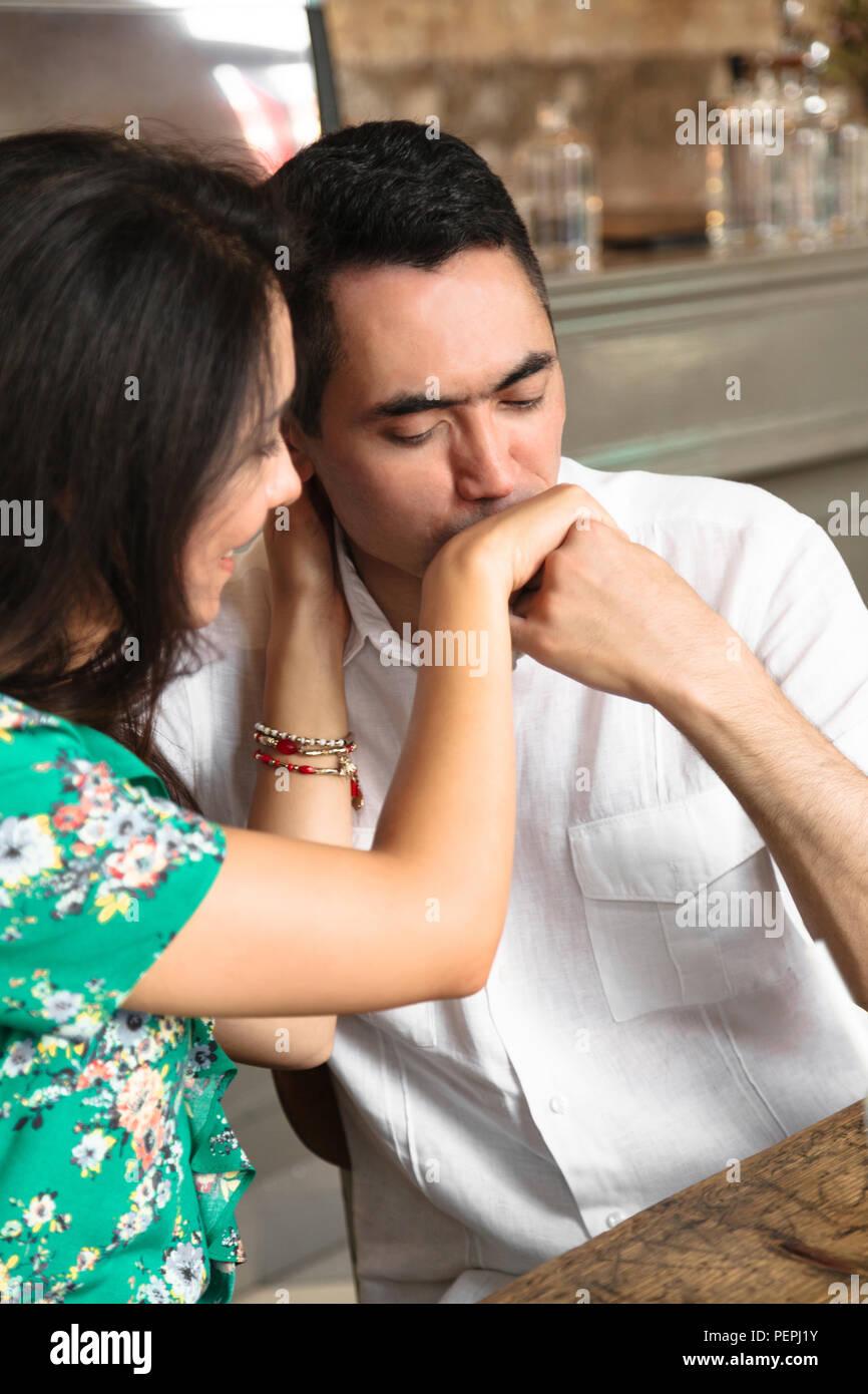 Homme séduisant baisers doucement, sa femme Photo Stock