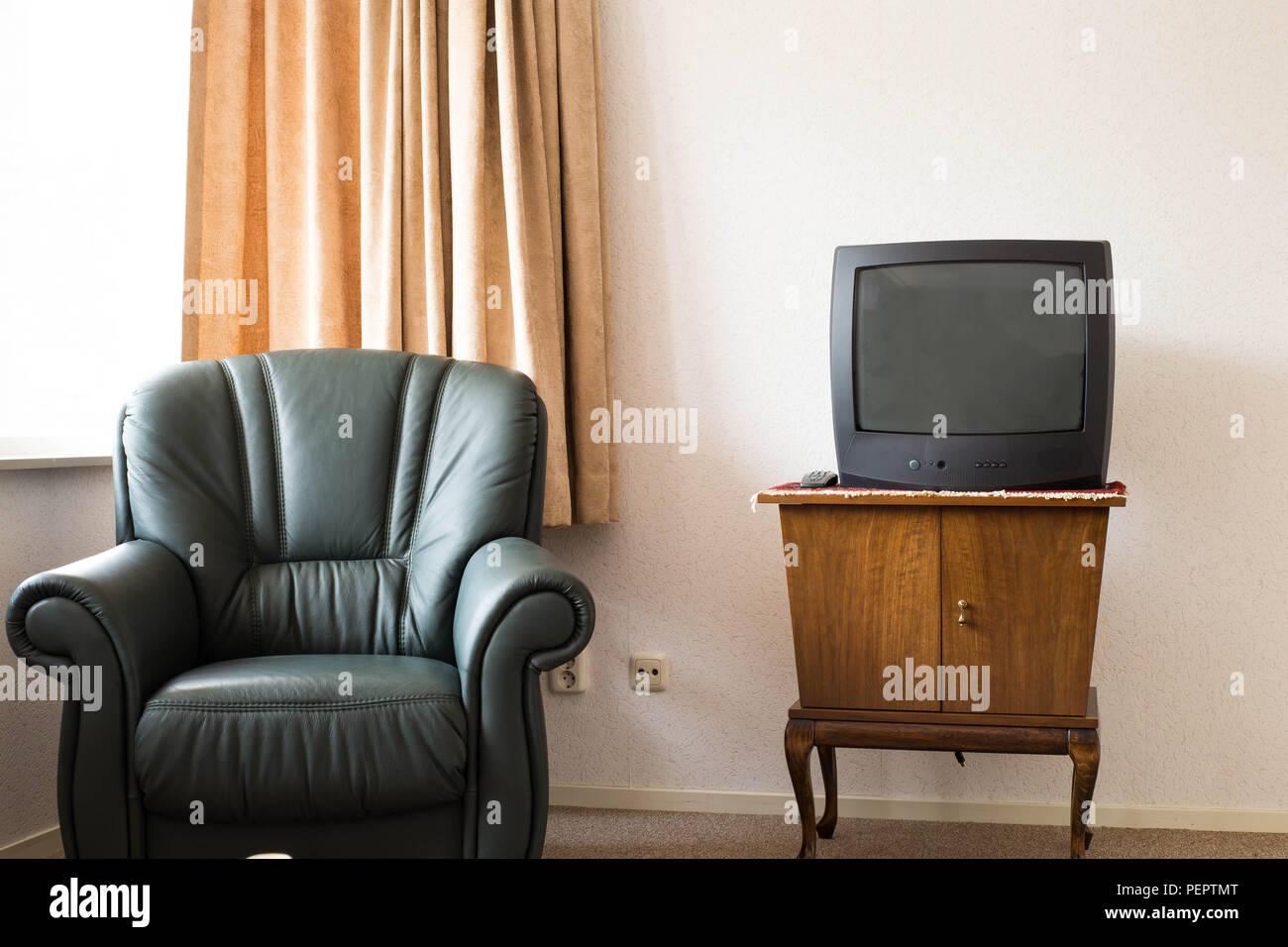 La télévision vintage en bois anciens sur penderie, ancien ...