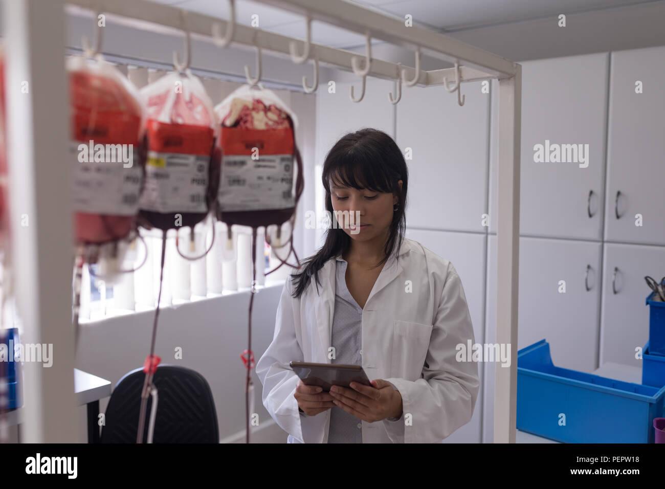 Technicien de laboratoire using digital tablet Banque D'Images
