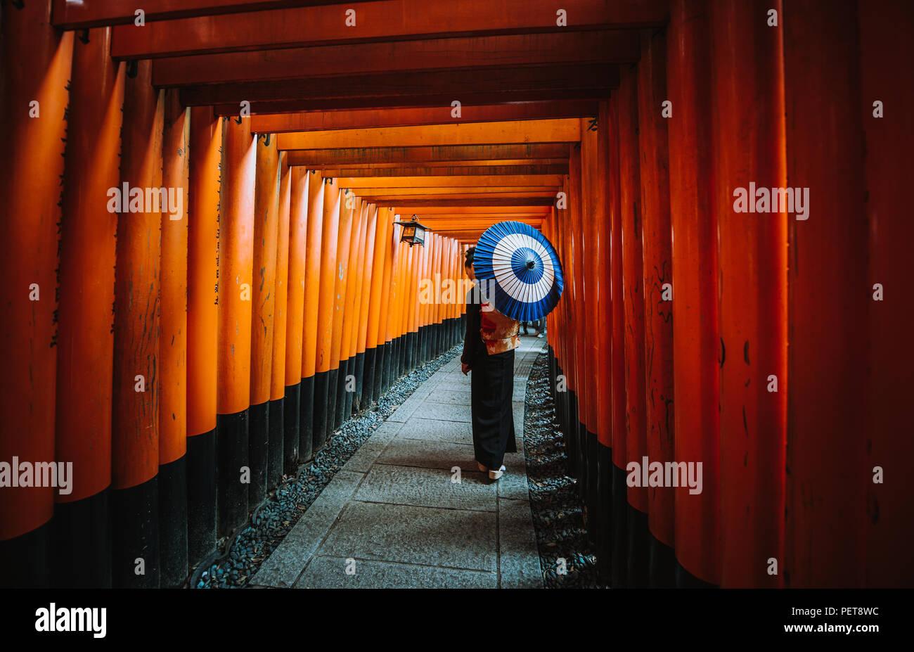Belle japonaise hauts femme marche dans le sanctuaire Fushimi Inari à Kyoto Photo Stock