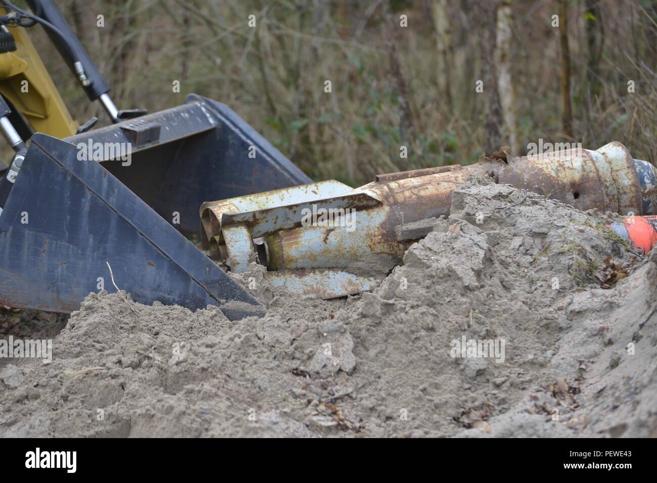 Un système de transport à distance prend une bombe inerte, utilisé à des fins de formation, le 28 janvier 2016, à la base aérienne de Ramstein, en Allemagne. Aviateurs affecté à la 786e Escadron de Génie Civil des explosifs et munitions, testé les fonctions de l'art en localisant et ramasser des objets de test. Banque D'Images