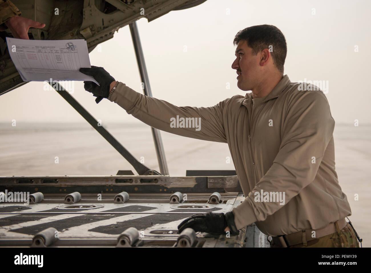 Le s.. Nathan Rogers, 774e Escadron de transport aérien expéditionnaire, arrimeur de fret à l'autre main de la paperasserie d'arrimeur à Hamid Karzaï de l'aéroport international de Kaboul, en Afghanistan, au cours d'une sortie de la jambe d'autres endroits dans la zone de responsabilité, le 9 février 2016. L'EAS 774 prend en charge diverses fonctionnalités de transport aérien tactique, y compris le transport de marchandises et de passagers, et l'aide humanitaire et le soutien d'évacuation aéromédicale. (U.S. Air Force photo/Tech. Le Sgt. Robert Cloys) Banque D'Images