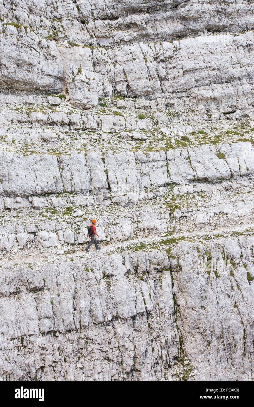 Guide de montagne à pied par rocky mountain face pendant la montée du Mont Triglav, Slovénie Photo Stock