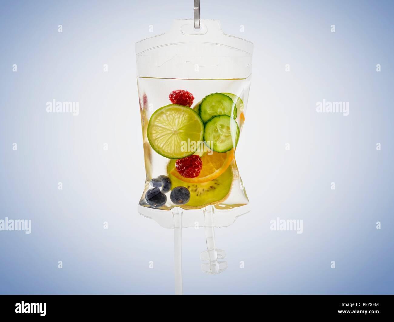 IV sac avec fruits, studio shot. Photo Stock