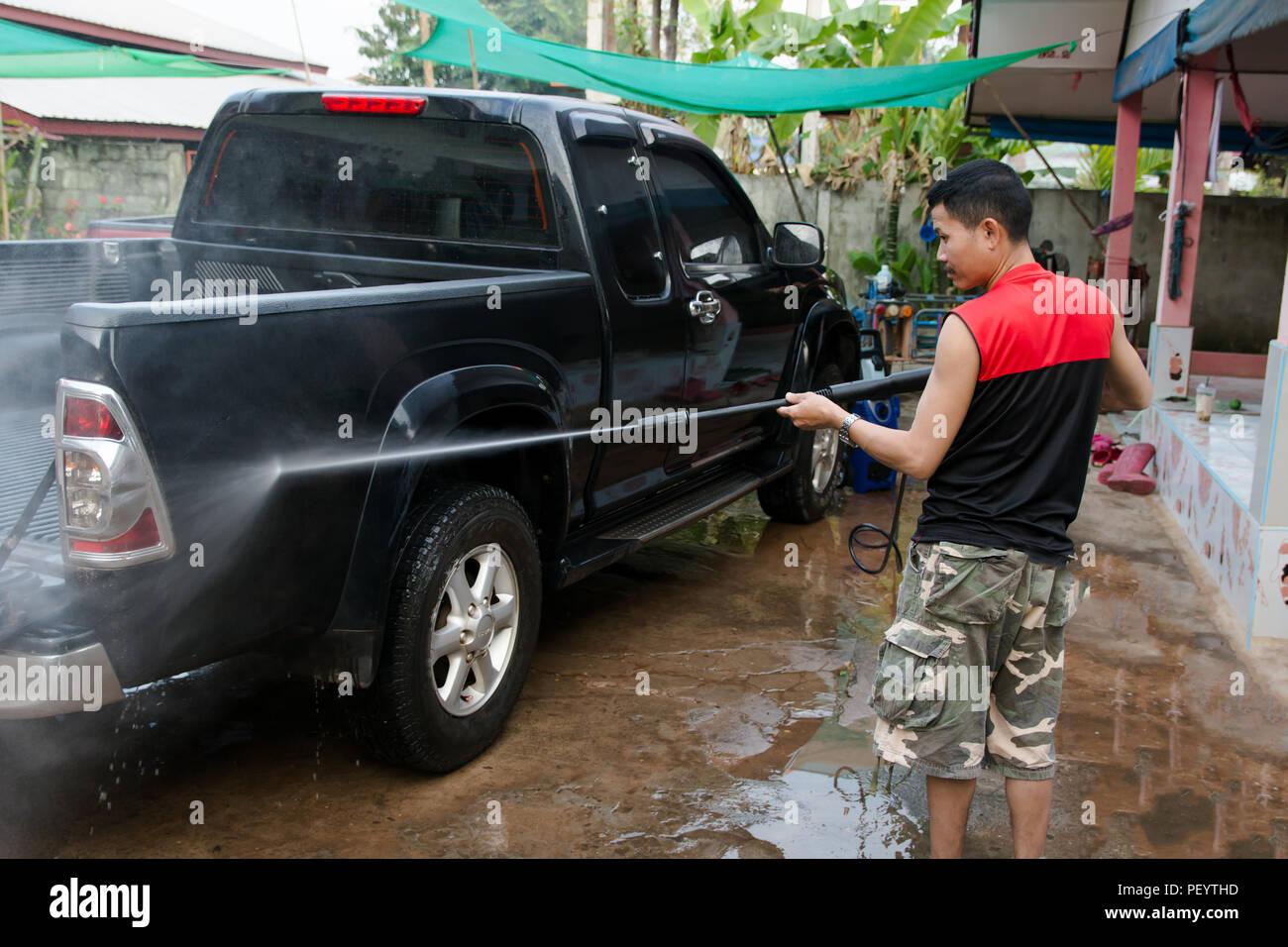 l 39 homme noir lavage voiture camionnette avec nettoyeur haute pression banque d 39 images photo. Black Bedroom Furniture Sets. Home Design Ideas