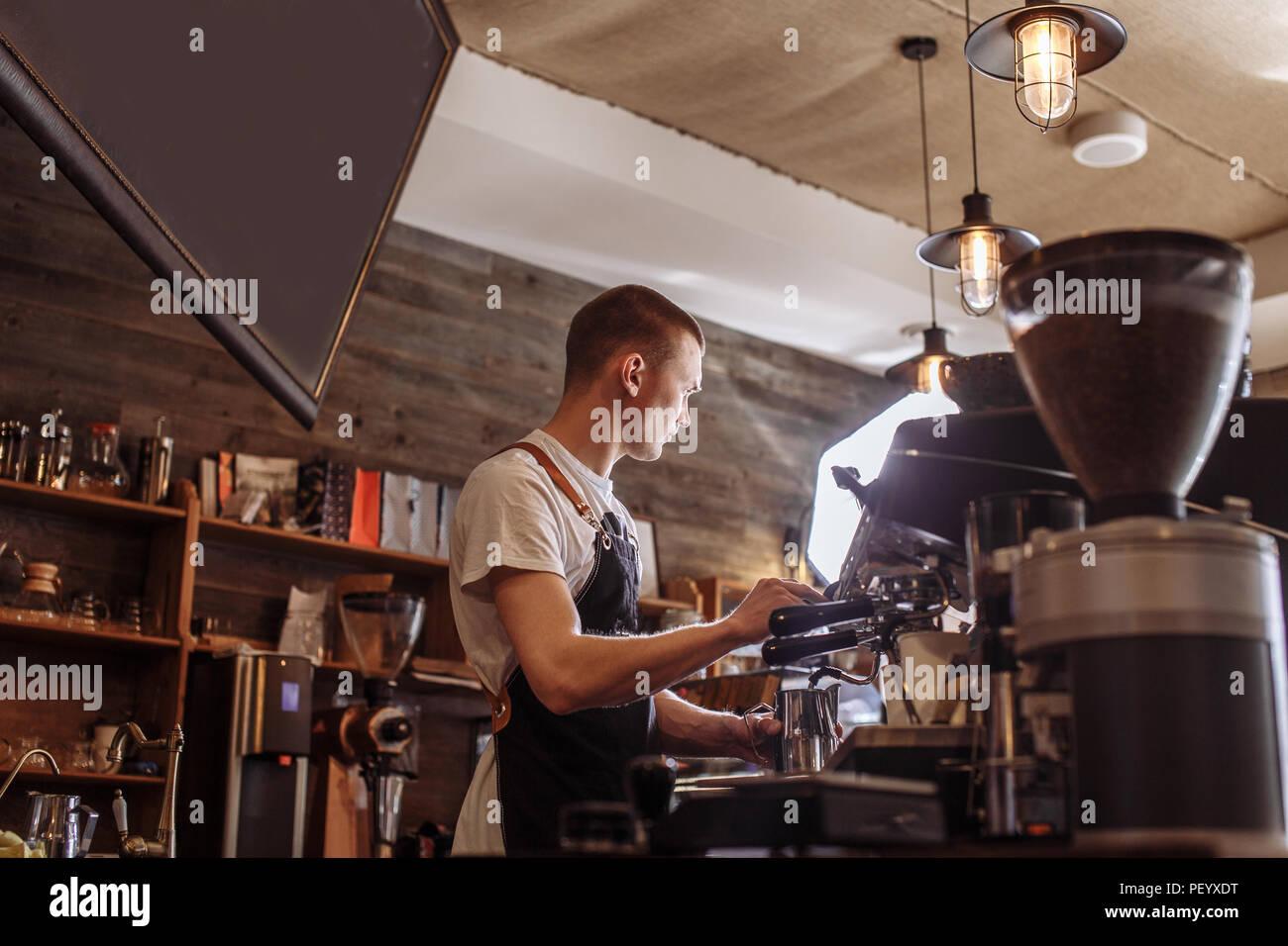 Un garçon agréable est de prendre des commandes au café Photo Stock